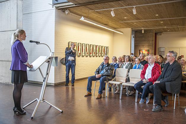Sarah Heitkemper eröffnet die Ausstellung