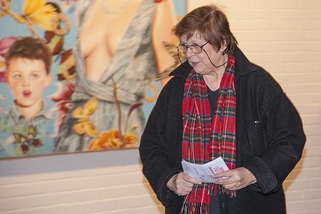 Sonja Ziemann-Heitkemper führt durch die Ausstellung von Heiner Meier