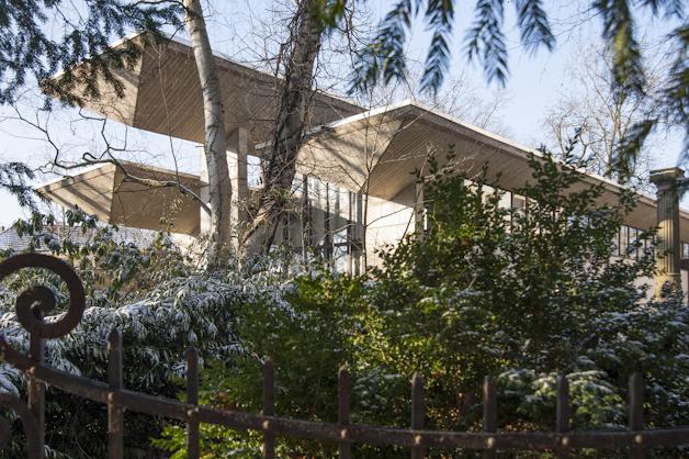 Der Oesterlen-Anbau mit den deutlich erkennbaren Betontrögen der Dachkonstruktion